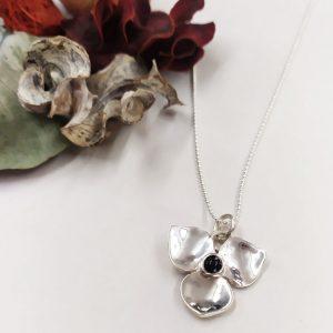 plata y azabache con forma de flor