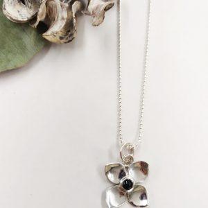 Joya en forma de flor de plata y azabache asturiano