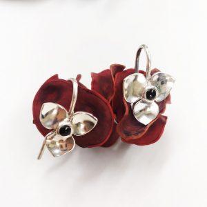 Elegantes pendientes con forma de flor en plata y azabache